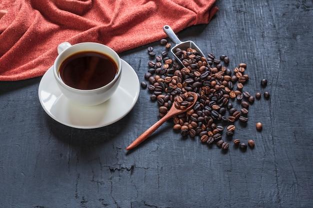 Draufsichttasse kaffee und kaffeebohnen