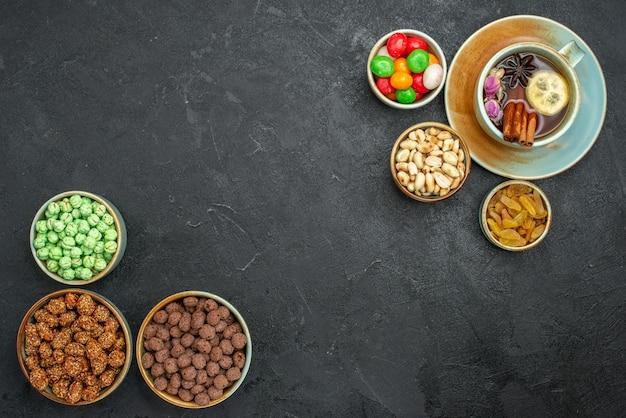 Draufsichttasse tee mit bonbons auf grauem raum