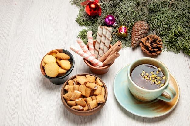 Draufsichttasse tee mit verschiedenen keksen auf weißem raum