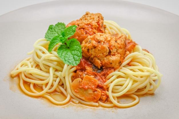 Draufsichtteller der nahaufnahme des spaghettifleischballs