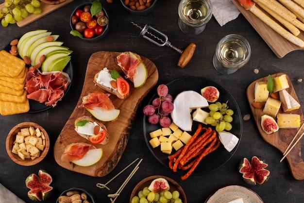 Draufsichttisch voller leckerer speisen