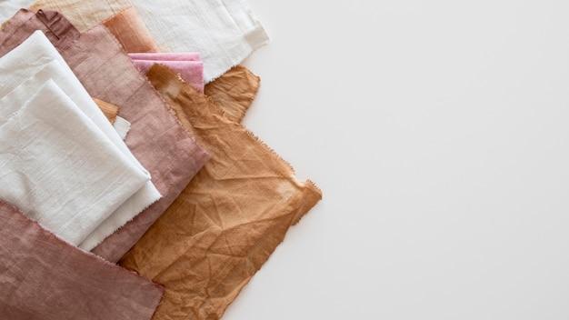 Draufsichttücher aus verschiedenen natürlichen pigmenten mit kopierraum