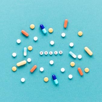 Draufsichtvielfalt von bunten pillen auf dem tisch