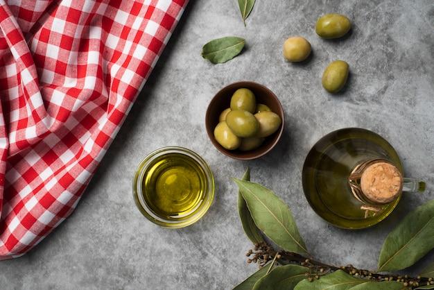 Draufsichtvielfalt von organischen oliven auf dem tisch
