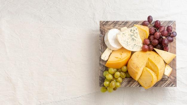 Draufsichtvielzahl des käses mit kopienraum