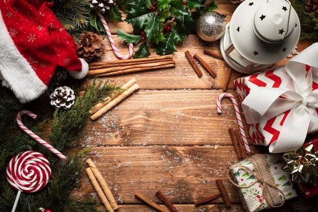Draufsichtweihnachtsdekorationen mit hölzernem hintergrund