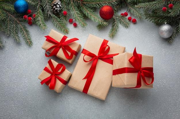 Draufsichtweihnachtsgeschenke auf einer tabelle