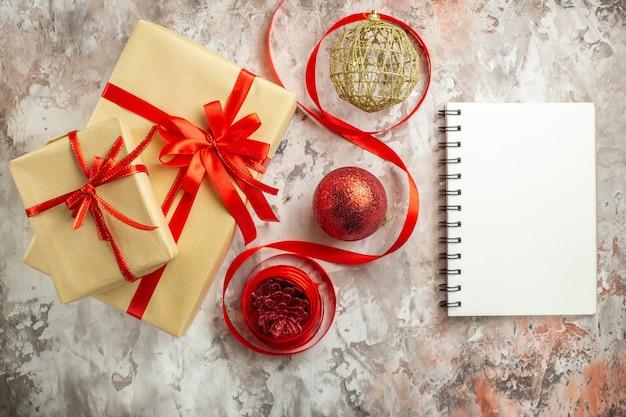 Draufsichtweihnachtsgeschenke auf weißer fotofarbe neues jahr geschenkfeiertage xmas