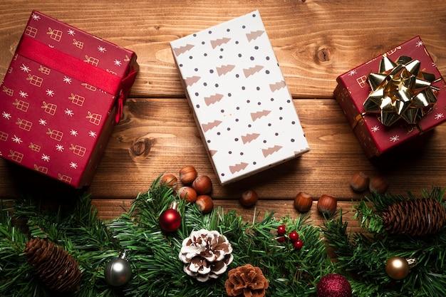 Draufsichtweihnachtsgeschenke mit hölzernem hintergrund