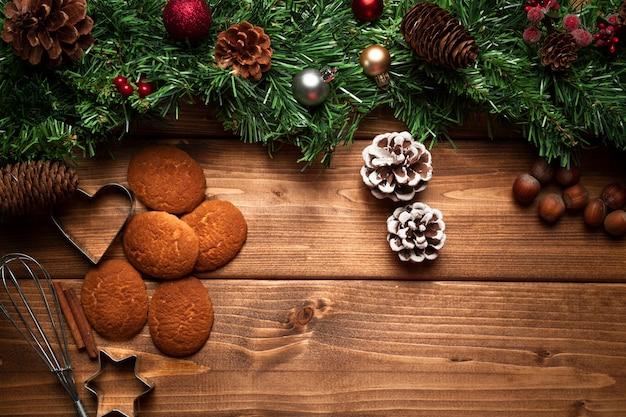 Draufsichtweihnachtskekse mit hölzernem hintergrund