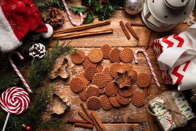 Draufsichtweihnachtsplätzchen mit hölzernem hintergrund