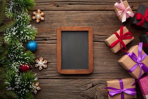 Draufsichtweihnachtsrahmen auf einer tabelle
