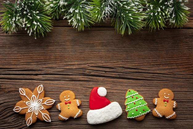 Draufsichtweihnachtsverzierungen auf einer tabelle