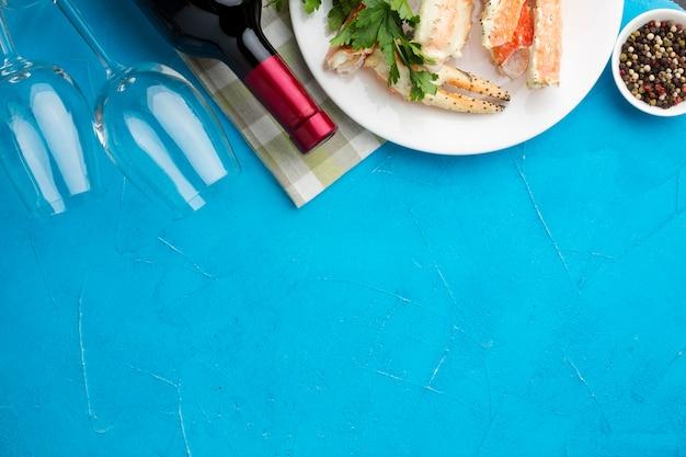 Draufsichtwein mit meeresfrüchteteller
