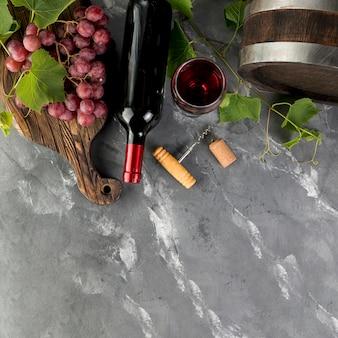 Draufsichtweinflasche auf marmorhintergrund