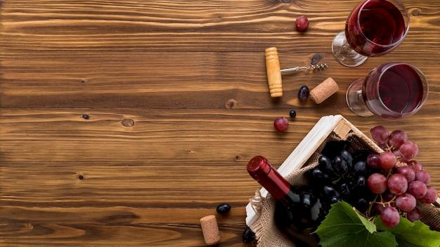 Draufsichtweinflasche mit glas auf hölzernem hintergrund
