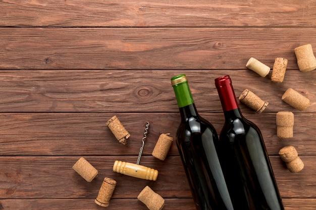 Draufsichtweinflaschen auf hölzernem hintergrund