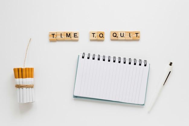 Draufsichtwörter mit zigarettensatz und notizbuch