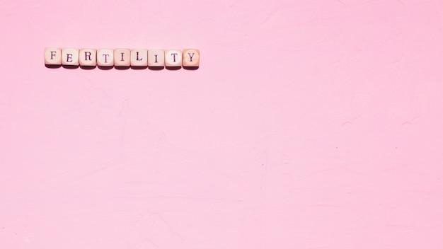Draufsichtwort auf rosa hintergrund