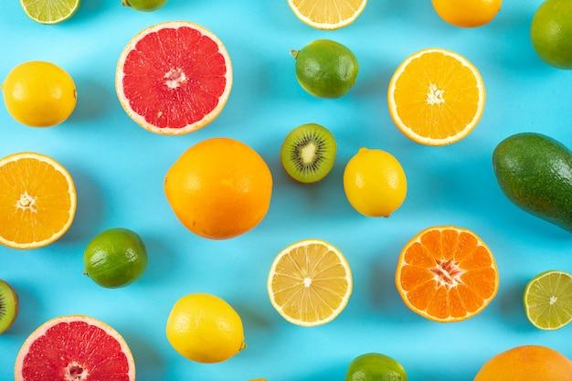 Draufsichtzitrusfruchtmuster auf blauer oberfläche