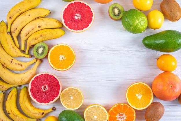 Draufsichtzitrusfrüchte auf oberfläche mit kopienraum