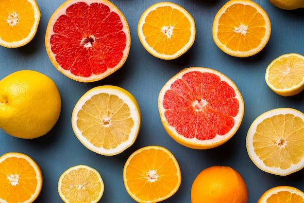 Draufsichtzitrusfrüchte mischen auf tabelle
