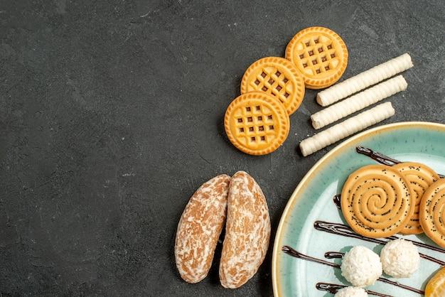 Draufsichtzuckerplätzchen mit keksen auf grauem hintergrund