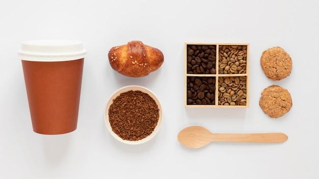 Draufsichtzusammensetzung von kaffeemarkenelementen auf weißem hintergrund