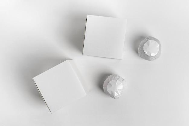 Draufsichtzusammensetzung von verpackten badebomben auf weißem hintergrund