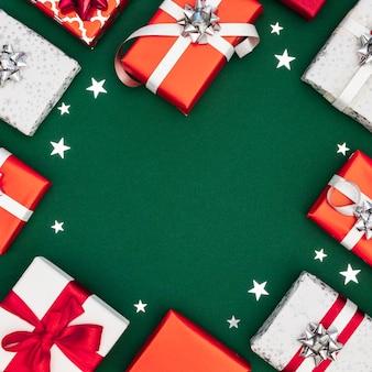 Draufsichtzusammensetzung von verpackten geschenken mit kopienraum