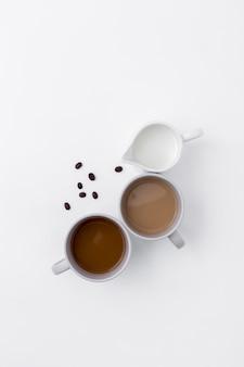 Draufsichtzusammenstellung mit kaffeetassen und milch