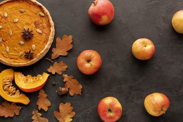 Draufsichtzusammenstellung mit torte und äpfeln