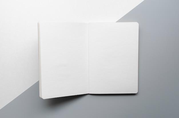 Draufsichtzusammenstellung mit weißem notizbuch