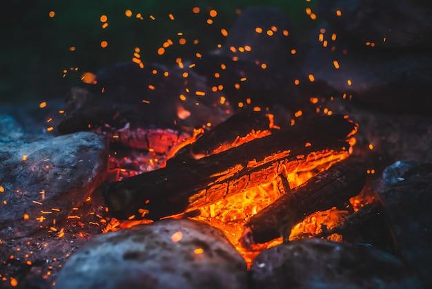 Draußen am lagerfeuer brennt holz