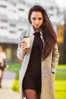 Draußen drückt porträt der netten schönen brunettefrau glückliche gefühle aus.