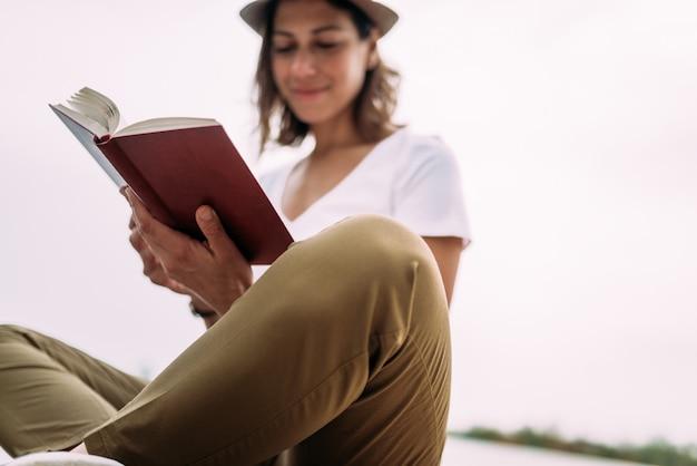 Draußen ein buch lesen.