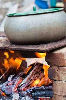 Draußen gekochtes eintopfgericht, das auf dem feuer kocht