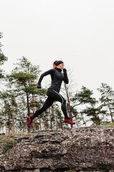 Draußen laufen workout low view bei tageslicht