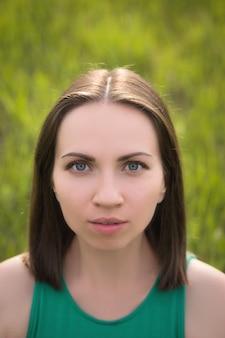 Draußen porträt der jungen frauennahaufnahme des dunklen haares