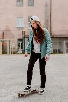 Draußen skaterin und ihr skateboard