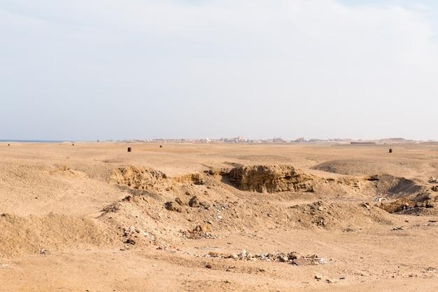 Dreckige wüste mit hotel