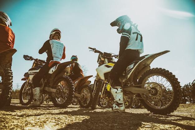 Dreckiges fahrrad. team motocross auf fahrrad motorrad ist startstraße. rückansicht