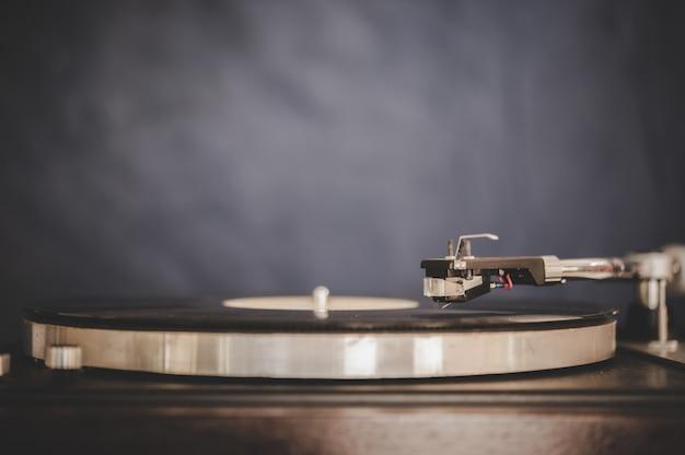 Drehender rekordspieler mit weinlesevinyl