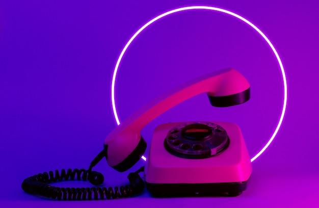 Drehtelefon im alten stil mit hochfliegendem telefongriff.