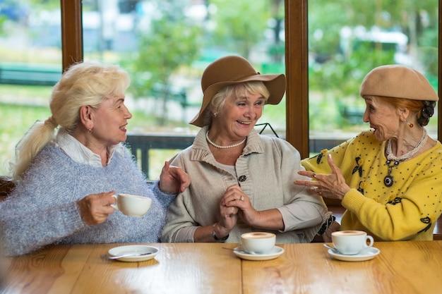 Drei ältere damen trinken kaffee