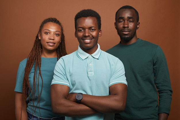 Drei afroamerikaner posieren auf braun