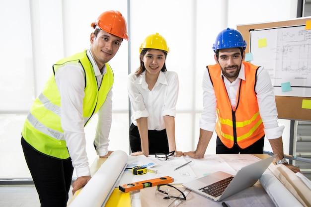 Drei architekten im büro und diskutieren designprojekt.