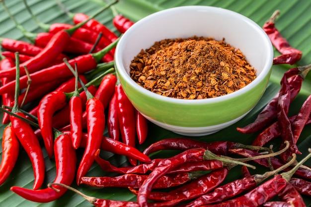Drei arten von chili-pfeffer auf bananenblatt, trocken, frisch (roh) und gemahlen