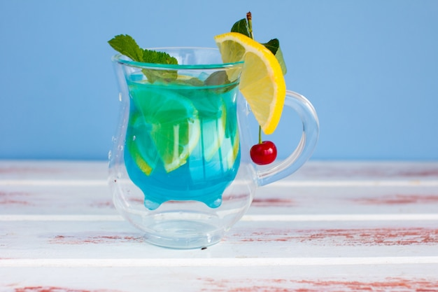 Drei arten von verschiedenen frucht- und beerengetränken. kirsche, wassermelonenrot und blau mit zitronigen alkoholischen und alkoholfreien cocktails im sommer