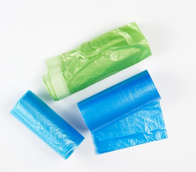 Drei aufgerollte brötchen mit plastikmüllsäcken